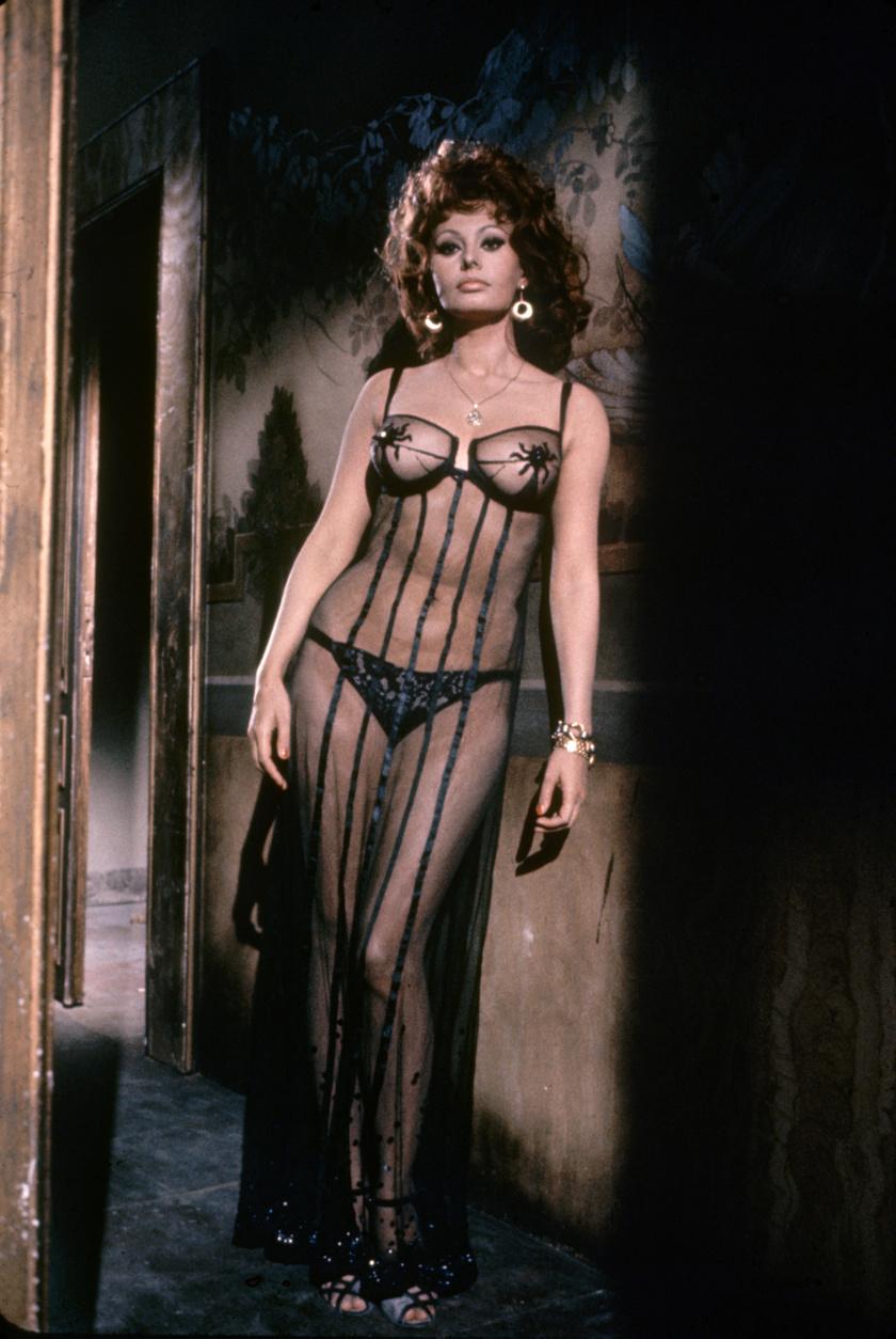 Sophia Loren ebben az áttetsző ruhában szexiskedett az 1964-es Házasság olasz módra című filmben.