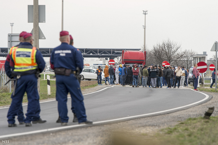 Utasok az Ausztriából Magyarországra vezető kamionsávban a hegyeshalmi közúti határátkelőnél 2020. március 17-én