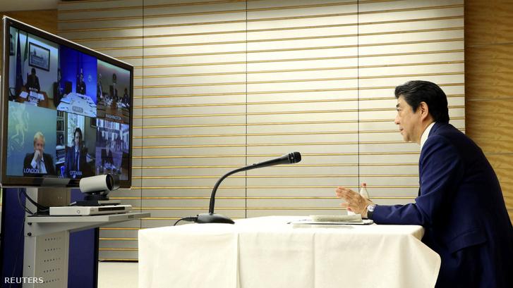 Abe Sinzó japán miniszterelnök a G7 vezetőivel tart videókonferenciát tokiói irodájában 2020. március 17-én