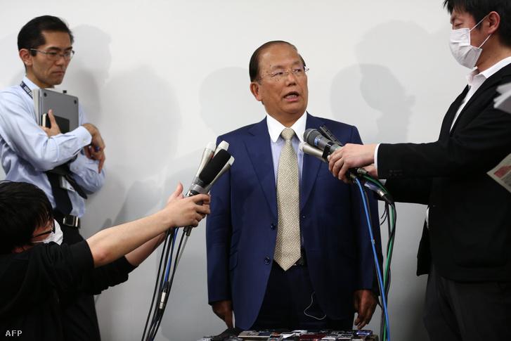 Toshiro Muto, a tokiói olimpia szervezőbizottságának elnöke tájékoztatja a sajtót a kialakult helyzetről 2020. március 17-én