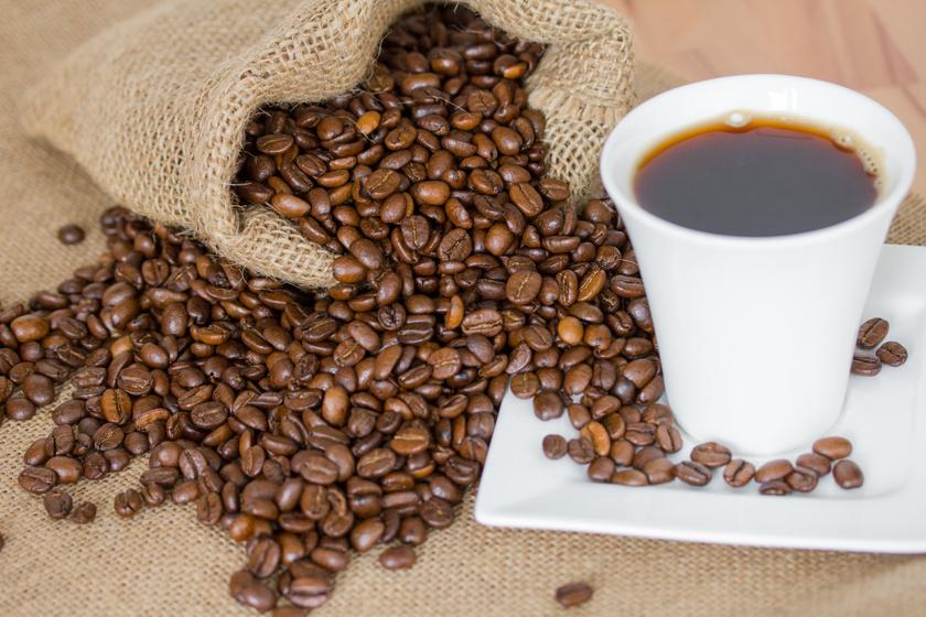A kávétermelő területek zsugorodni fognak az elkövetkező évtizedekben, miközben a beporzáshoz szükséges méhek száma csökken, és a gombafertőzések is felerősödnek, különösen az arabica kávé van veszélyben. Már zajlanak a kísérletek a helyettesítő kávébab megtalálására, de a legrosszabb forgatókönyv szerint el is tűnhet végül.