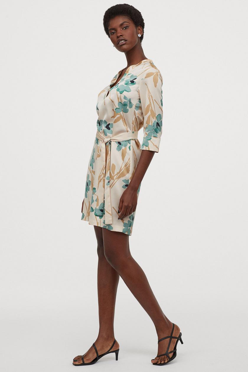 A H&M gyönyörű pasztellszínű virágokkal díszített ruhája megtestesíti a tavaszt. Az öv miatt szépen karcsúsít, és nagyon csinos. 6995 forintért lehet a tiéd.