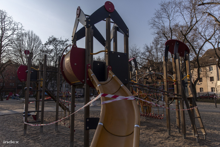 Szalaggal elkordonozott játszótéri mászóka Kispesten, a Kós téren