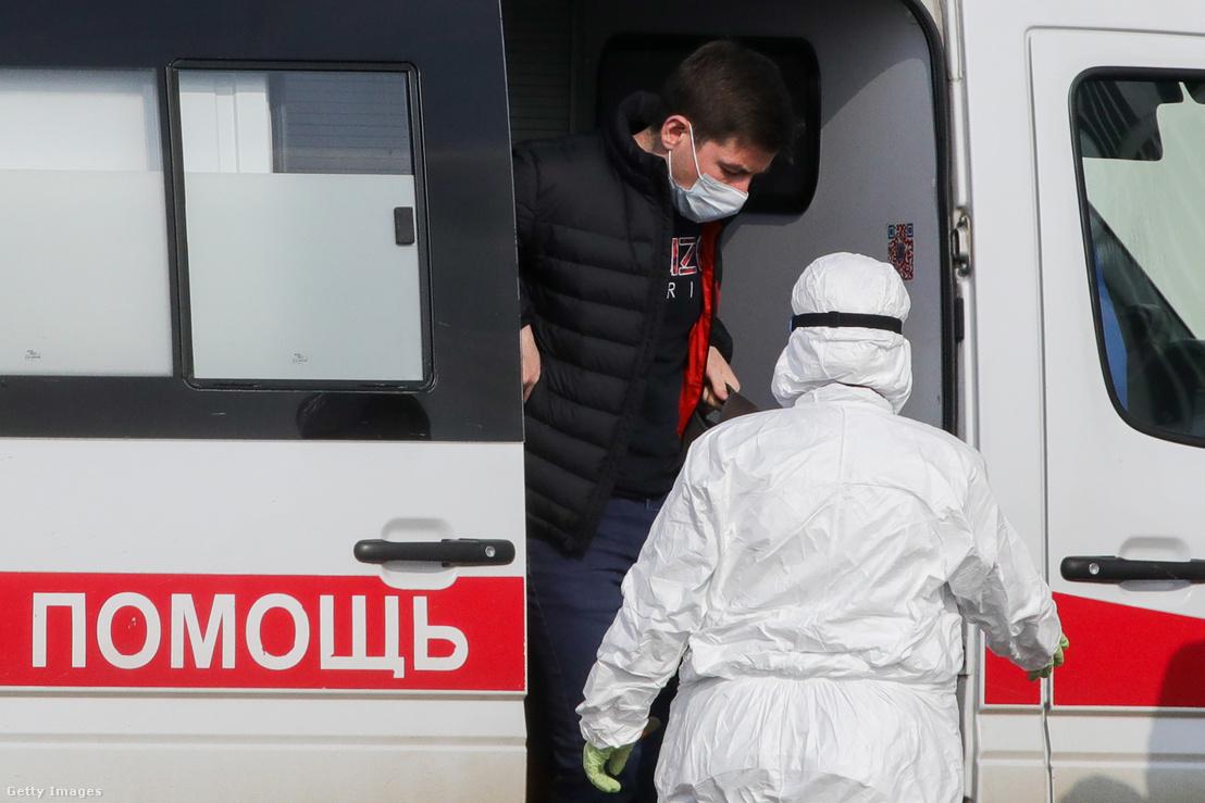 Beteget szállítanak egy moszkva közeli koronavírussal fertőzöttek részére felállított kórházba.
