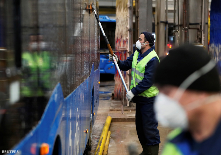Buszt tisztítanak és fertőtlenítenek a járvány miatt Moszkvában
