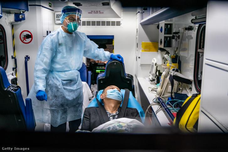 Nem sokkal azután, hogy az új koronavírus megjelent Hongkongban, egy beteget szállítanak a fertőző betegségek kezelésére specializálódótt kórházba 2020. január 22-én.