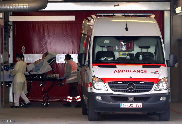 Beteget szállítanak egy belgiumi kórházba 2020. március 17-én.