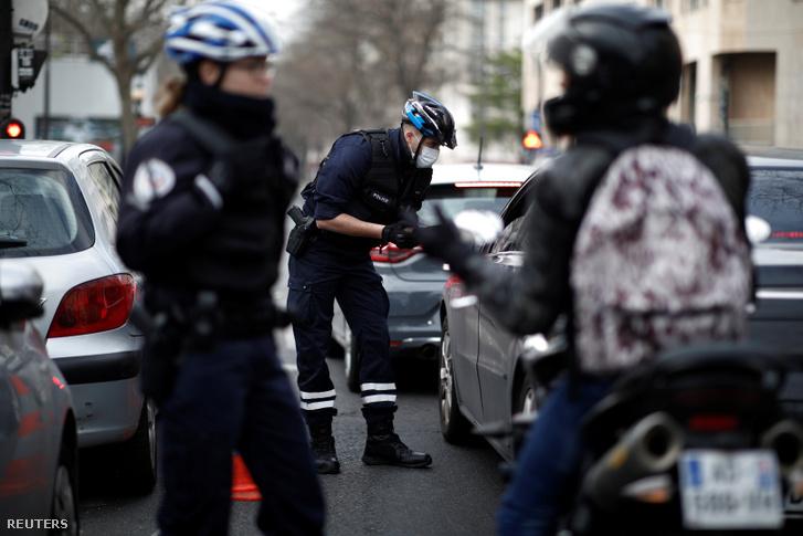 A rendőrségi ellenőrzés a koronavírus terjedésének lassítása érdekében kedden megkezdett lezárás miatt Párizsban