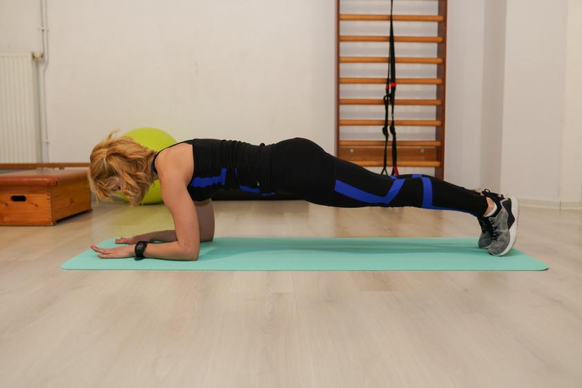 8 saját testsúlyos gyakorlat otthonra, ami gyönyörű alakot farag: a személyi edző ajánlása