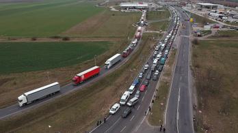 Szerdán egész nap 50 kilométeres dugó volt az osztrák autópályán Magyarország felé