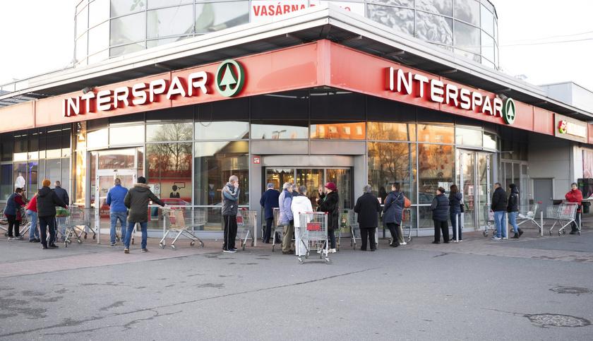 Vásárlók várakoznak már a nyitás előtt egy élelmiszerüzletnél Nyíregyházán.