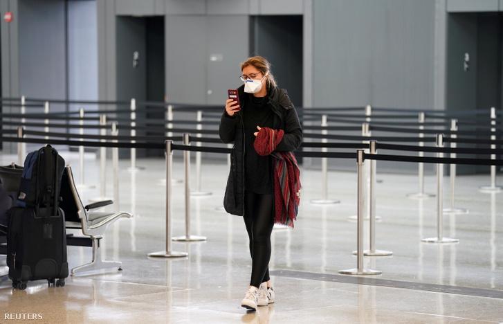 Utas várakozik maszkban dullesi repüléőtéren Virginiában 2020. március 12-én