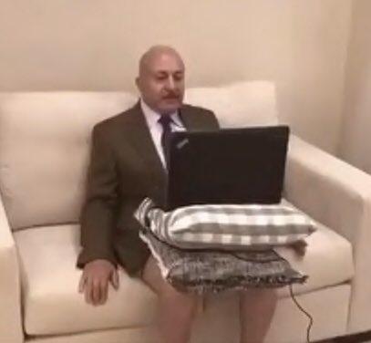 A jordán Majid Asfour felül ingben, alul alsónadrágban nyilatkozik az Al Jazeerának Skype-on.