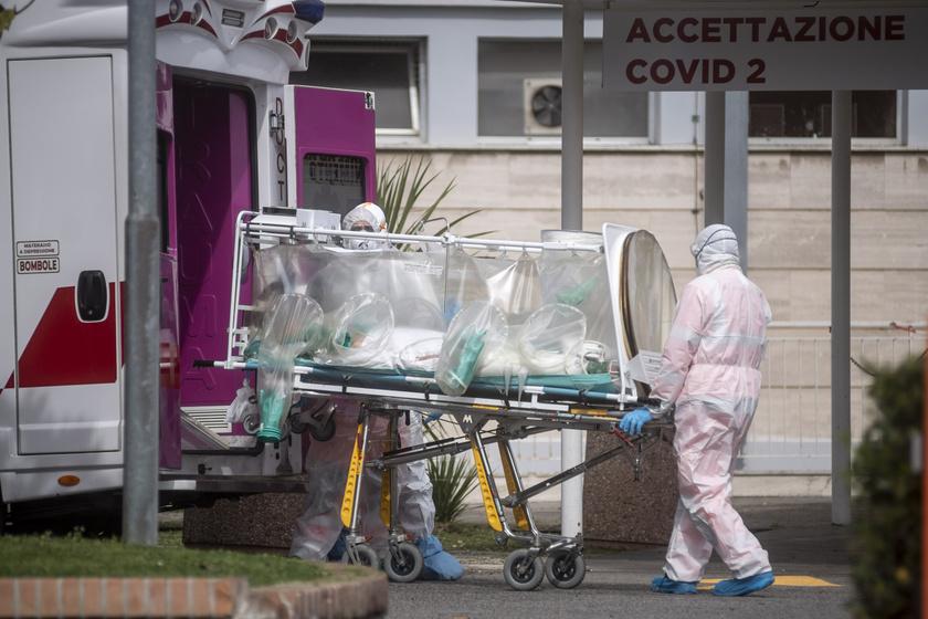 Mentők visznek egy fertőzöttet súlyos állapotban kórházba Rómában, március 17-én.