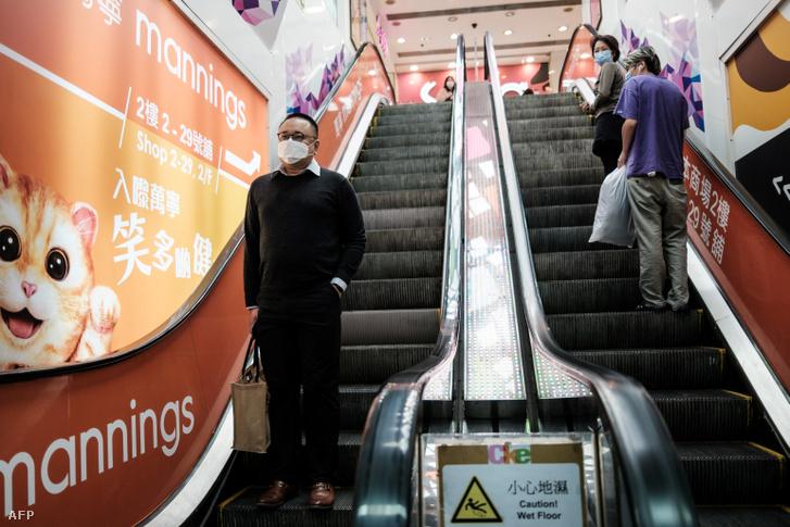 Hongkongi lakosok arcmaszkban 2020. március 17-én