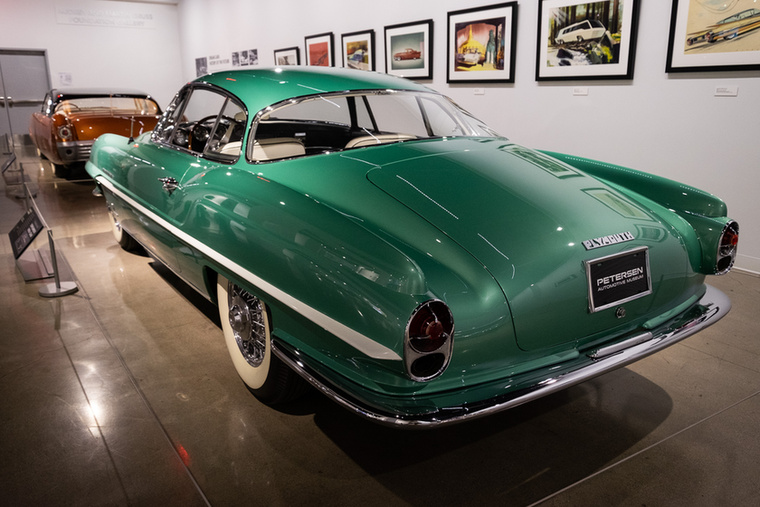 Érdekes, hogy ebbe a nyilvánvalóan méregdrágán megvalósítható autóba a Chryslernél csupán egy sorhatos,110 lóerős motort tettek, amikor még a hasonló Fiat is nyolc hengerrel ment