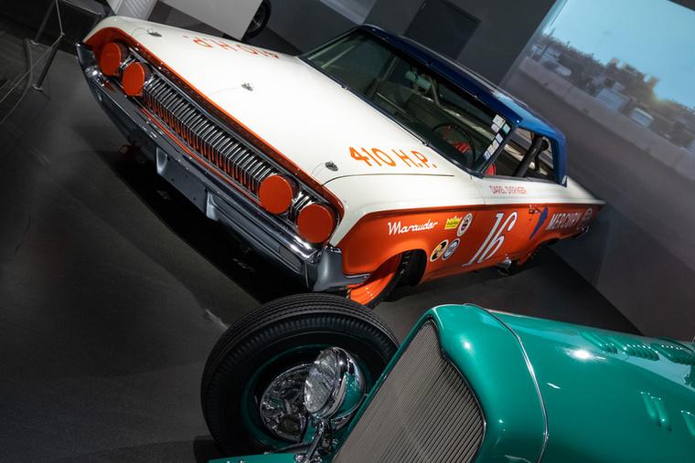 Bill Stroppe legendás autóversenyző volt a negyvenes évektől a hetvenes évekig bezárólag, emellett versenyautókat tervezett, s a Ford dicsőséges 1951-52-es Carrera Panamericanán való szerepléseinél ő volt a csapatfönök