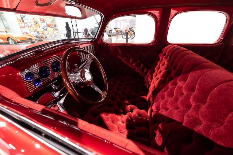 Oké, látjuk, hogy a Chrysler PT Cruiser milyen vonalak mentén készült, de ami ebben a Chevyben van, az agyzsibbasztó -art deco, pimp, plush, minden találkozik itt