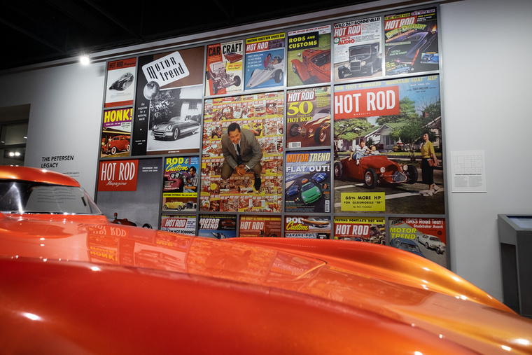 Régi, hot-rodokat sztároló amerikai újságok címlapjai a Dressed for Drama motorházfedele fölött
