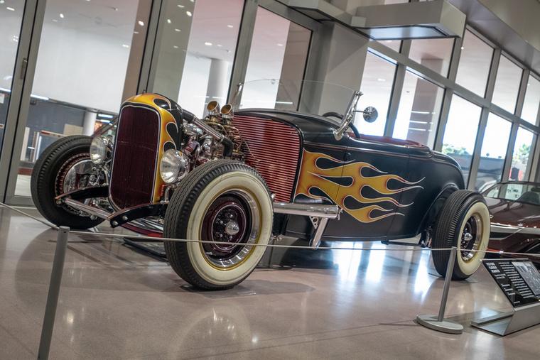 Ez az 1932-es Ford Roadster szerepelt a 2008-as Vasemberben és a 2010-es Vasember 2-ben, mint a még bohém Tony Stark (Robert Downey Jr.) autója