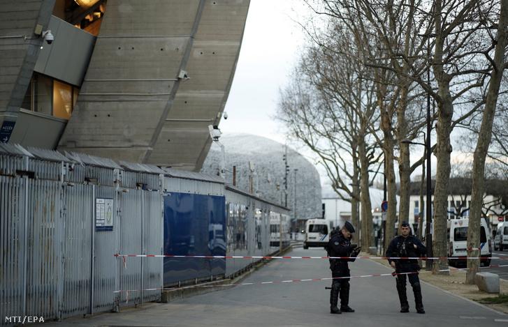 Rendőrök a párizsi Parc des Princes stadionnál