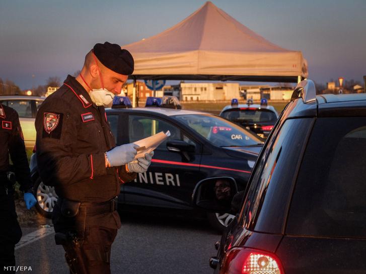 Rendőrségi útzár a lombardiai Casalpusterlengo városánál 2020. március 8-án, miután a tüdőgyulladást okozó újkoronavírus-járvány további terjedésének megállítására az olasz kormány vesztegzár alá vonta az észak-olaszországi Lombardia tartományt