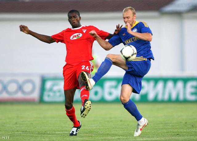 Ibrahim Sidibe, a Debreceni VSC (DVSC) játékosa és Makszim Bordacsev, a fehérorosz Bate Boriszov játékosa (j) harcol a labdáért a labdarúgó Bajnokok Ligája harmadik selejtezőfordulójának első mérkőzésén