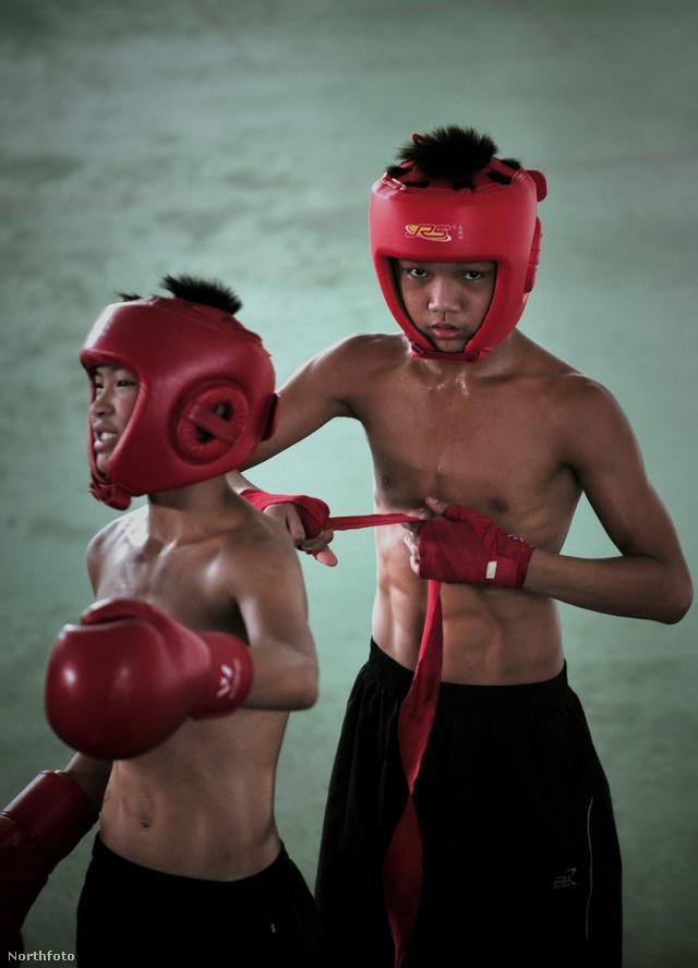 9-16 éves kínai fiúk boxedzése Fucsou-se városban, Fucsien tartományban