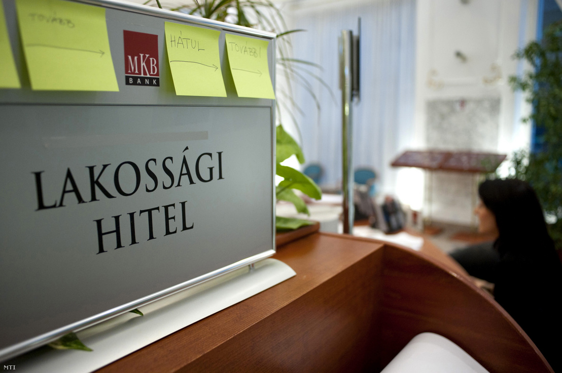 Egy ügyfél intézi banki ügyeit az MKB Bank Váci utcai fiókjában Budapesten.