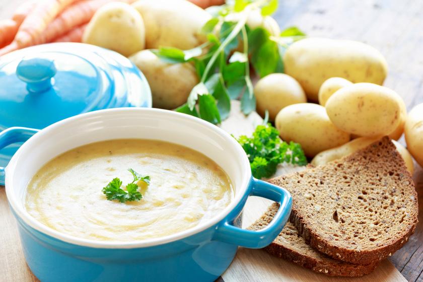 Egyszerű, selymes krumplileves tejszínnel és petrezselyemmel megbolondítva