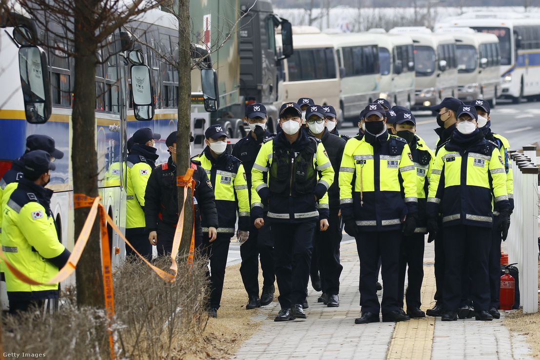Rendőrök védenek egy kormányépültet Dél-koreában 2020 január 31-én.