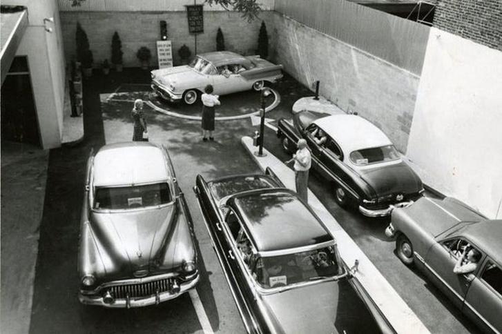 Egy érdekes fotó a Ritkán látható történelem blog gyűjtéséből: Forgózsámoly könnyíti meg a behajtó autók dolgát a szűk udvarban egy philadelphiai drive-in pékségben (1957)