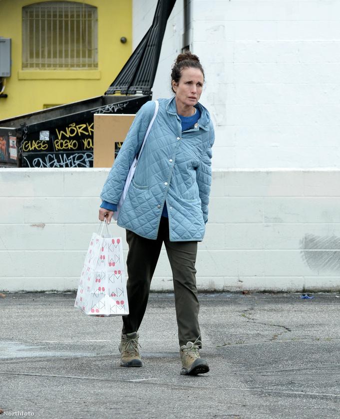 Bezzeg Andie MacDowell már egy nagy szatyornyira való élelmiszerrel távozott a boltból