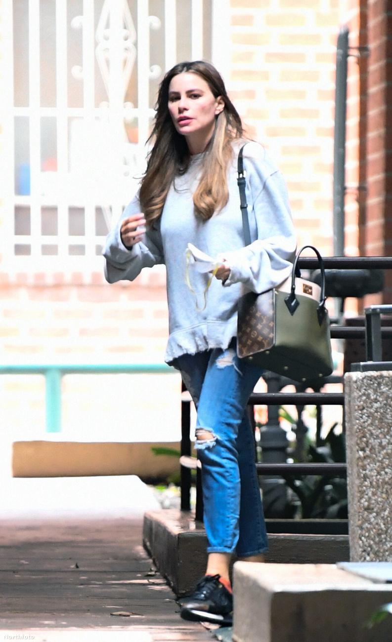 Sofia Vergara nyitott táskával sétál az utcán, kezében valami fehéret szorongatva, ami szerintünk akár még egy arcmaszk is lehet