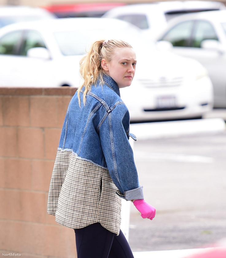 Dakota Fanningnál sem látunk szatyrokat, bevásárlókocsit sem tol maga előtt, de rózsaszínű gumikesztyűje azért eléggé feltűnő