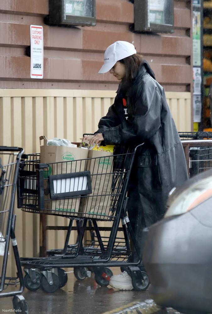 Nem mondhatjuk, hogy olyan sok hely maradt volna a bevásárlókocsijába, alaposan telepakolta
