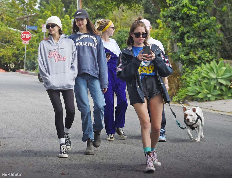 Egymást átkarolva sétál a baráti társaság Los Angeles utcáin, Kaia Gerber elöl haladó barátnője pedig olyan átszellemülten nyomkodja a telefonját, hogy csoda, hogy nem esik hasra