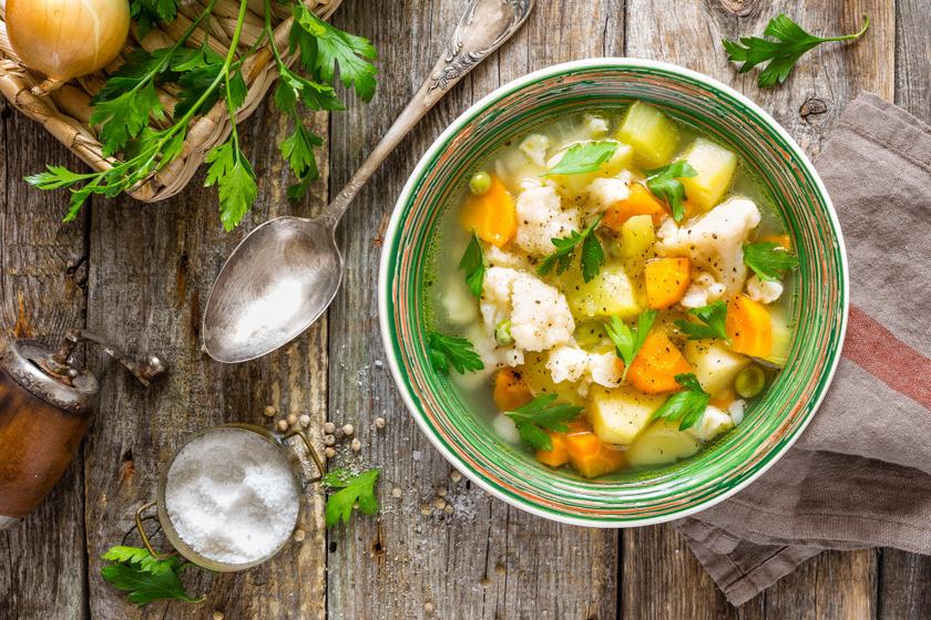 Színes, sűrű zöldségleves böjti napokra: ebben megáll a kanál