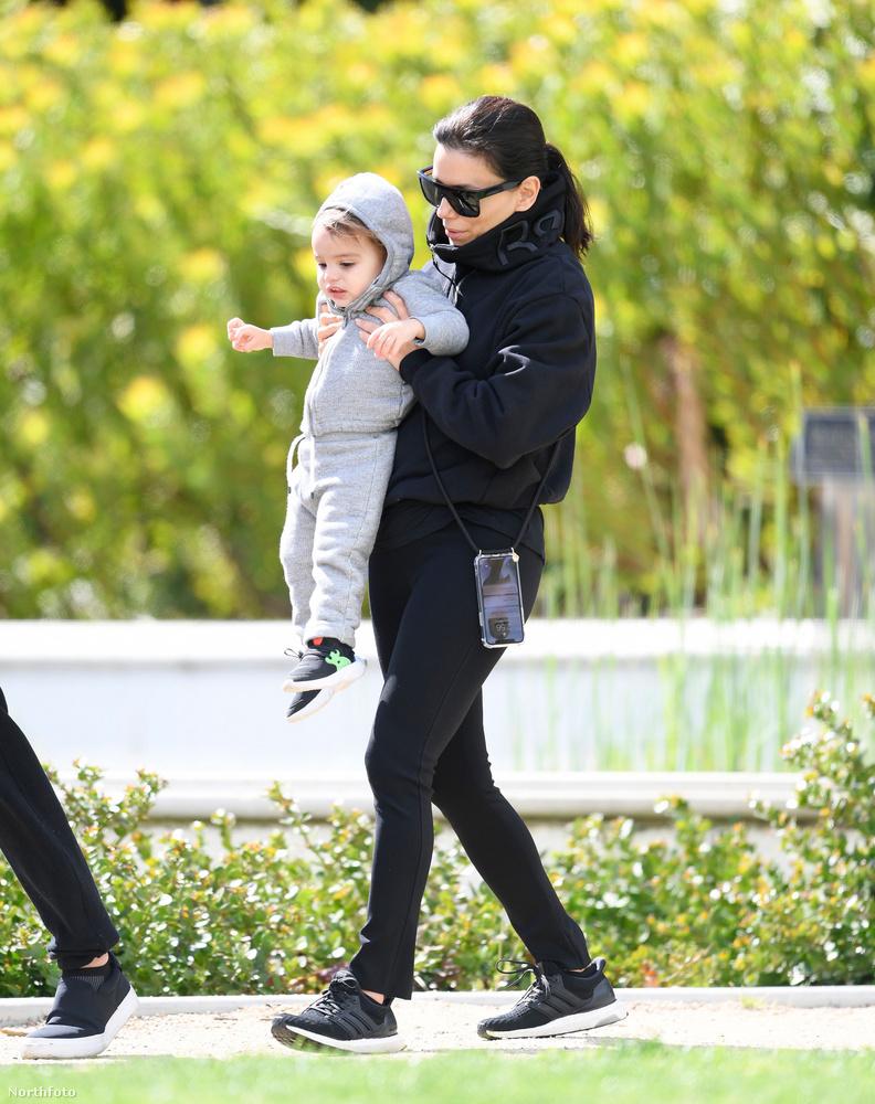 A színésznő kisfia 2018-ban született, a boldog anyuka pedig fél évvel később már vissza is szerezte bombaalakját, aztán pedig a tavalyi Cannes-i Filmfesztiválra is magával vitte egyetlen gyermekét, ott is hasonlóan édesek voltak