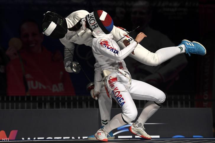 A dél-koreai Szong Szera (elöl) és a francia Helene Ngom a párbajtõr WestEnd Grand Prix nõi versenyének elõdöntõjében a Ludovika Arénában 2020. március 8-án