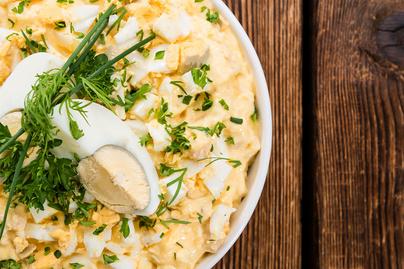 Majonézes, snidlinges tojássaláta friss petrezselyemmel és lilahagymával