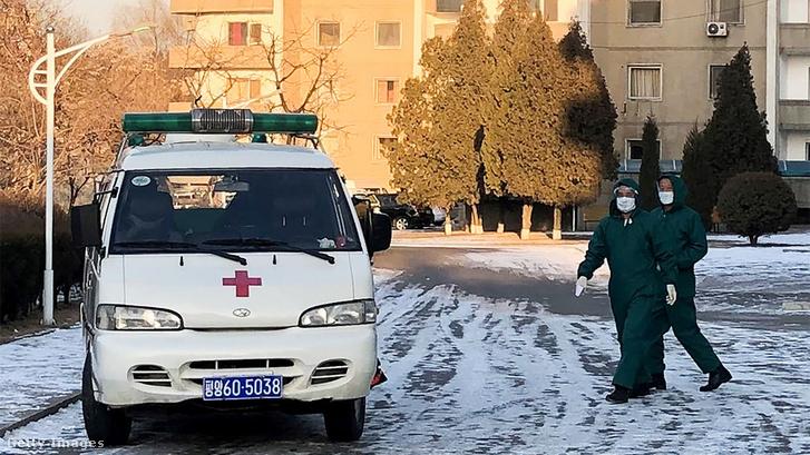 Mentősök védőruhában és maszkban Pyongyangban 2020. február 6-án
