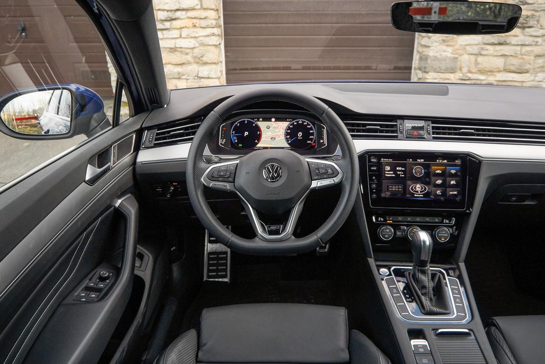 Aki ült már VW-ban, annak ez otthonos belső, hiába modernizáltak rajta most nagyot. Amit megőriztek korábbi generációkból, azzal nincs is semmi baj