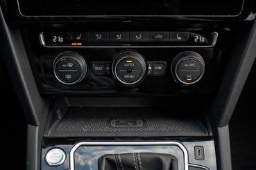 A jellegzetes Volkswagen klímapanel, amin nem hajlandók módosítani, de nem is kell, pont jó így
