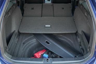 Ha nincs pótkerék, akkor áll mind a 650 liter rendelkezésre, és a rolót sem kell kirakni a kocsiból, mert elfér a padló alatti térben