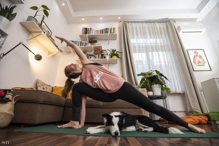 Kozma Kata jógaoktató online jógaórát tart budapesti lakásában a koronavírus-járvány terjedésének megfékezése érdekében otthon maradó tanítványainak 2020. március 17-én