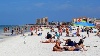 Floridában tömegek heverésznek a parton