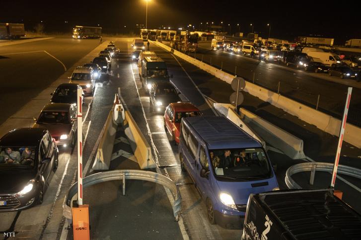 Román és bolgár gépjárművek lépik át a nagylaki határátkelőhelyet 2020. március 18-án