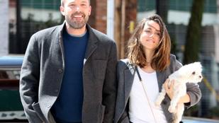 Ben Affleck nagyon mosolygós Ana de Armas mellett