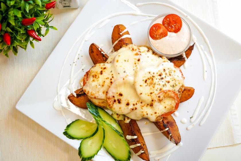 Rakott csirkemell vastag, nyúlós sajtréteggel: szaftos, omlós és kiadós